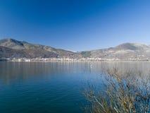 Dorf durch den See Stockbilder