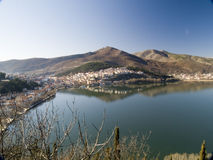Dorf durch den See Lizenzfreies Stockbild