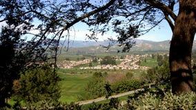 Dorf durch die Bäume Lizenzfreie Stockfotos