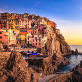 Dorf, Felsen und Meer Manarola bei Sonnenuntergang. Cinque Terre, Italien Stockbilder