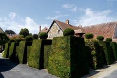 Dorf in Frankreich, mit enormer Hecke lizenzfreies stockbild