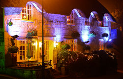 Dorf-Gasthaus nachts Stockfotos