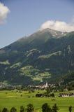 Dorf im Alpental lizenzfreie stockbilder