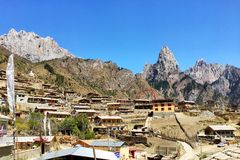 Dorf im Berg Stockbild