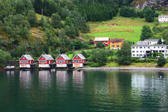 Europa-Dorf im Fjord Stockfotos