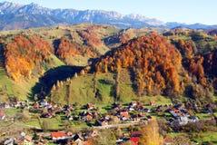 Dorf im Gebirgstal Stockbild