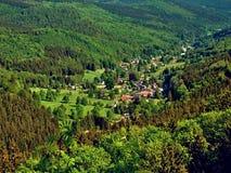 Dorf im grünen Tal Lizenzfreies Stockfoto