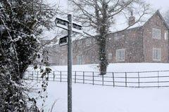 Dorf im Schnee stockfotos