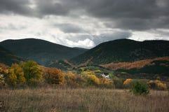 Dorf im Tal unter Bergen lizenzfreie stockfotos