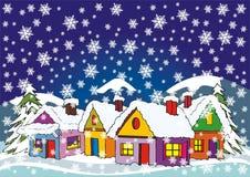 Dorf im Winter mit Schnee und Tannenbäumen Stockbild