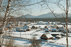 Dorf im Winter in Sibirien Lizenzfreies Stockbild