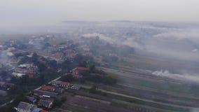 Dorf ist im Rauche, Luftverschmutzung, brennende Unkräuter auf dem Feld Herbstzeit, Ukraine Vogelperspektive vom Brummen stock video