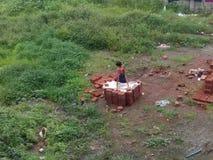 Dorf-Kinder, die Hobby spielen stockbild