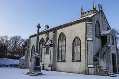 Dorf-Kirche im Schnee Lizenzfreie Stockfotos