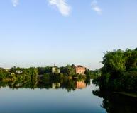 Dorf-Landhaus-Haus durch See stockfotos