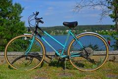 Dorf-Landschaft mit altem Fahrrad Lizenzfreie Stockbilder