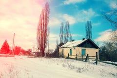 Dorf mit altem verlassenem Haus im Winter Lizenzfreies Stockfoto