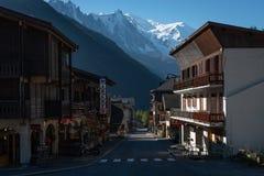 Dorf mit Ansicht von Mont Blonc stockbilder