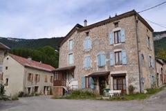 Dorf mit Bauernhaus in Frankreich Stockbilder