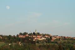 Dorf mit dem Mond Stockfotos