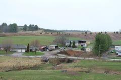 Dorf mit einigen Häusern im umweltfreundlichen natürlichen Platz an der Hügelseite lizenzfreie stockfotografie