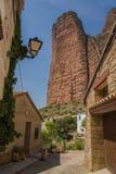 Dorf mit Felsenwand Stockfoto