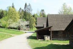 Dorf mit gezimmerten Häusern mit Schindeldächern stockfoto