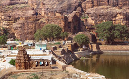Dorf mit hindischem Tempel des 7. Jahrhunderts vor Bergen in der Stadt Badami, Indien Stockfotografie
