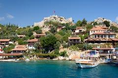 Dorf mit Schloss in dem Meer Stockfotografie