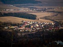 Dorf mitten in den Bergen Stockfotografie