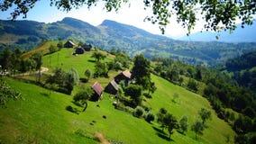 Dorf mitten in der Natur Lizenzfreies Stockfoto