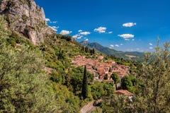 Dorf Moustiers Sainte Marie mit Felsen in Provence, Frankreich lizenzfreie stockfotografie