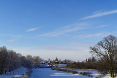Hölzerne Kirche auf Flussufer Lizenzfreie Stockbilder