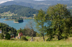 Dorf nahe dem See Stockfotografie