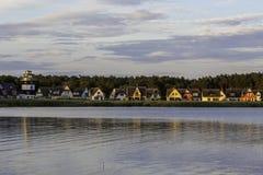 Dorf nahe einem Teich während des Sonnenuntergangs in Rugen-Insel, Breege, Germa lizenzfreies stockbild