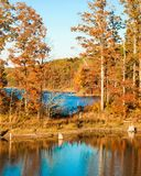 Dorf-Nebenfluss-Nationalpark im Fall stockfotos