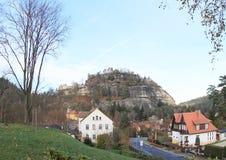 Dorf Oybin mit Schloss und Kloster Lizenzfreies Stockbild
