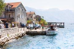 Dorf Perast auf Küste von Bucht Boka Kotor montenegro ADRIATISCHES MEER Lizenzfreie Stockfotos
