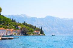 Dorf Perast auf Küste von Bucht Boka Kotor montenegro ADRIATISCHES MEER Lizenzfreies Stockbild