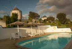 Dorf-Portugal-Ansicht über Pool stockfotos