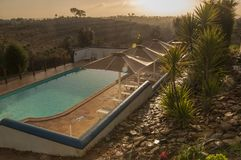 Dorf-Portugal-Ansicht über Pool stockfotografie