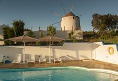 Dorf-Portugal-Ansicht über Ranch und Pool stockfotografie