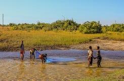 Dorf scherzt Fischen für kleine Fische stockfoto