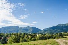 Dorf in Sommer Lizenzfreie Stockbilder