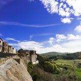 Dorf Trevinano nach dem Felshügel Stockbild
