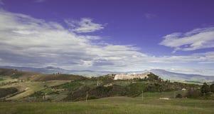 Dorf Trevinano nach einem Hügel Lizenzfreies Stockbild