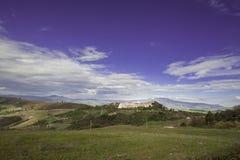 Dorf Trevinano nach einem Hügel Lizenzfreies Stockfoto