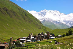Berge im Dorf lizenzfreies stockbild