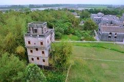 Dorf und überwachender Kontrollturm in Südchina Lizenzfreie Stockfotografie