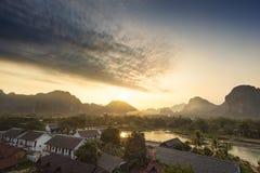 Dorf und Berg Lizenzfreies Stockfoto
